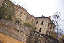 Zámecký areál v Deštném je jedním z objektů, které chátrají.