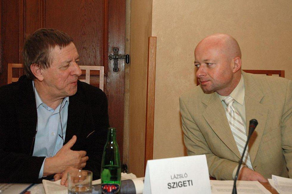 Libor Martinek (vpravo) diskutuje se spisovatelem László Szigetim.