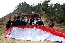 Michal Krysta s malými obyvateli Nepálu.