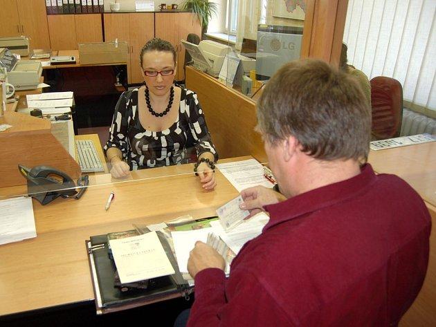 Zvýšený zájem řidičů o přeregistrování či odhlášení vozidel zaznamenal i odbor dopravy opavského magistrátu. Situace není ale nijak dramatická a pracovníci oddělení dopravně správních agend tento zájem zvládají.
