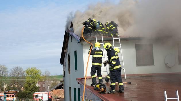 Požár garáže a domu.