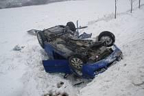 Dvě jednotky hasičů zasahovaly v sobotu dopoledne u Velkých Heraltic u nehody osobního automobilu Škoda Fabia Combi, který skončil na střeše v příkopu.