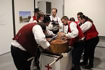 Slezský bál uspořádalo v kulturně-uměleckém prostoru KUPÉ ve Vodárenské věži Středisko volného času Opava. Obřad loučení s basou, která zemřela na akutní zánět basového klíče.