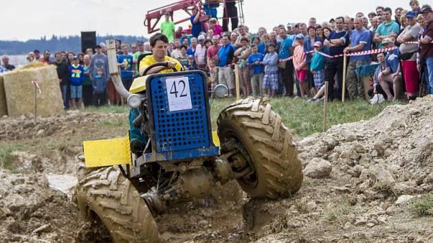 Již poosmé se ve Větřkovicích utkali majitelé podomácku vyrobených traktorů a fréz. Na Větřkovskou traktoriádu se přišlo podívat více než dva tisíce diváků.