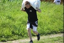 Závodníci musí na vrch Brdlice vynést pytel vážící padesát kilogramů.