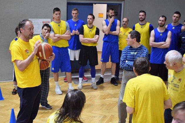 Basketbalový biatlon iregulérní zápas. Opavští basketbalisté si zahráli sRadostí.