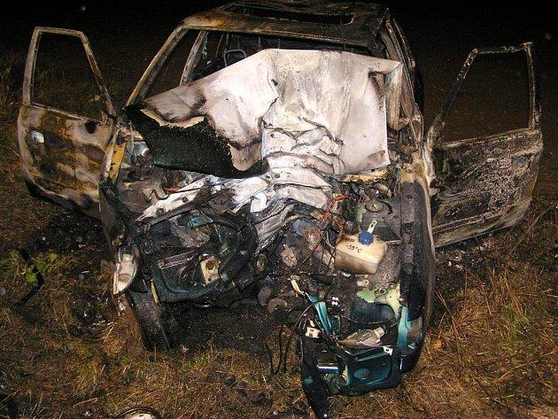Auto po nárazu do stromu začlo hořet.