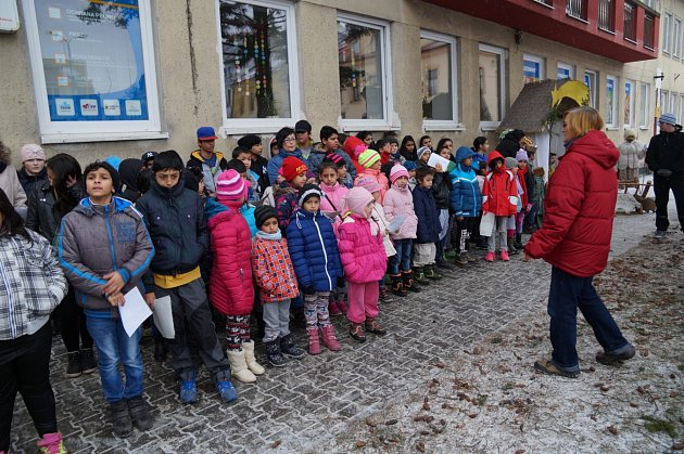 Kakci Česko zpívá koledy se už dopoledne přidali žáci a učitelé ZŠ ve Vítkově.