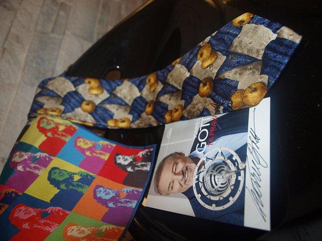 Kravata zpěváka Karla Gotta značky Givenchy sšátkem a také podepsanými kartičkami.