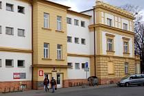 Jedna z úředních budov v areálu na Krnovské ulici.