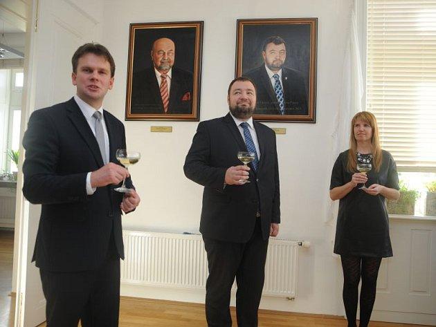 Kancelář primátora zdobí od pondělka nový obraz. Jde o portrét bývalé hlavy města Martina Vítečka.