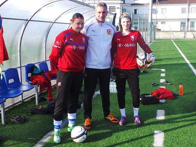 Radka Bednaříková (vlevo), trenér gólmanek české reprezentace Marek Juska a jednička pražské Sparty Hana Sloupová.