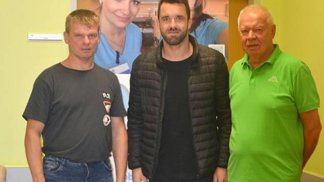 Preventivní vyšetření absolvoval také fotbalista SFC Opava Jan Žídek (na snímku uprostřed).