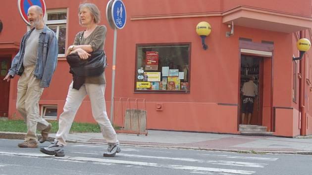 Některé z přechodů pro chodce v Opavě už začaly být natolik vyježděné, že se začaly ztrácet. Jako kupříkladu tento v ulici Husová.
