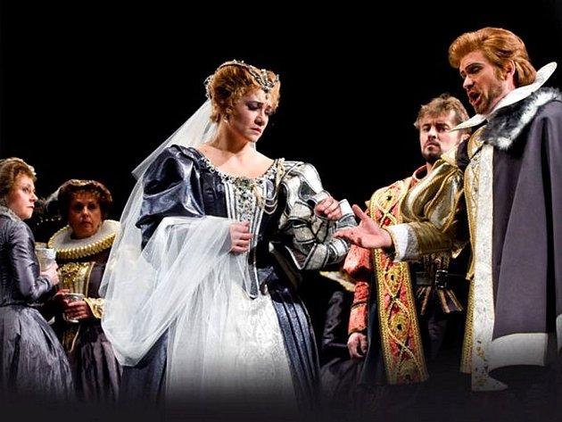 Lucia (Katarína Jorda Kramolišová) si bere z donucení lorda Artura (Alexandr Vovk).