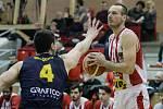 Basketbalové utkání Kooperativy NBL mezi BK JIP Pardubice (v bíločerném) a BK Opava (v modrém) v pardubické hale na Dašické.