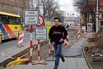 Opravy zastávek MHD na Praskově ulici znepříjemňují život především chodcům.