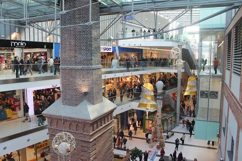 Před vchody do nového obchodního centra Breda & Weinstein se ve čtvrtek houfovali zvědaví návštěvníci dlouho před otevřením.