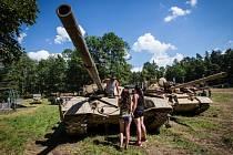Jedenáctý rok v řadě se v bývalém areálu koupaliště v Mladecku sjela nejrůznější vojenská technika. Výstava, který potrvá do 10. července, ožila o víkendu dynamickými ukázkami.