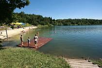Opavské Stříbrné jezero je v těchto dnech cílem stovek Opavanů. Voda je zde podle hygieniků nezávadná. Jen připomínáme: buďte při koupání opatrní, nepřeceňujte své síly, neriskujte. Není žádným tajemstvím, že si Sádrák každým rokem vybere daň nejkrutější.