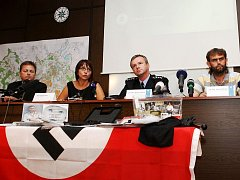 Policie za žhářský útok ve Vítkově obvinila 4 extremisty. Budou se zodpovídat z pokusu o vraždu. Hrozí jim 15 let vězení, případně i výjimečný trest. Okresní soud na všechny uvalil vazbu. Kriminalisté zároveň potvrdili, že šlo o rasově motivovaný čin.