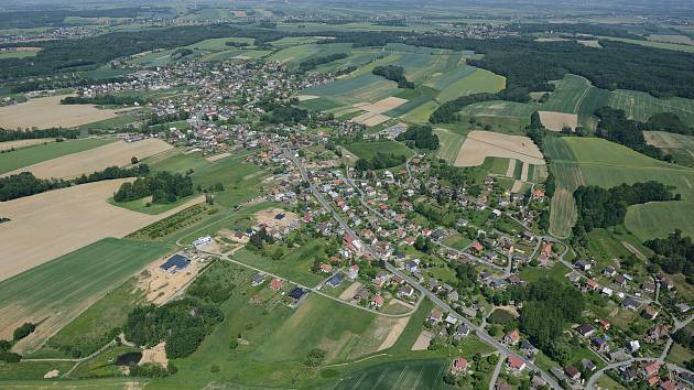 Letecký pohled na obec Markvartovice.