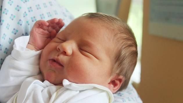Antonín Soudek se narodil 7. srpna, vážil 4,46 kilogramů a měřil 54 centimetrů. Rodiče Petr a Magda z Hradce nad Moravicí mu přejí štěstí, zdraví, spokojenost a ať je z něho pořádný chlap. Na Toníka už doma čeká bráška Jakub a sestřička Eva.