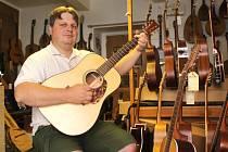 Přemysl Večerek si na kytaru zahraje rád i ve volném čase.