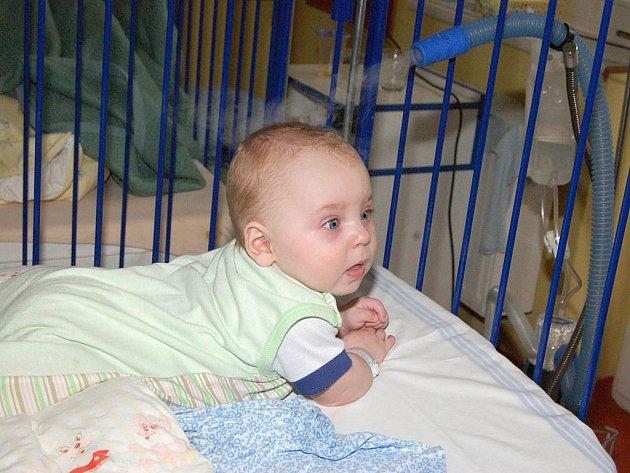 Malý Pavlík využívá nový přístroj, který dětské oddělení zakoupilo díky sbírce Opavsko svým dětem. Nakonec se podařilo nasbírat celkem 170 108 korun. Ty se proměnily ve vybavení, které zlepšuje péči o pacienty dětského oddělení Slezské nemocnice v Opavě.