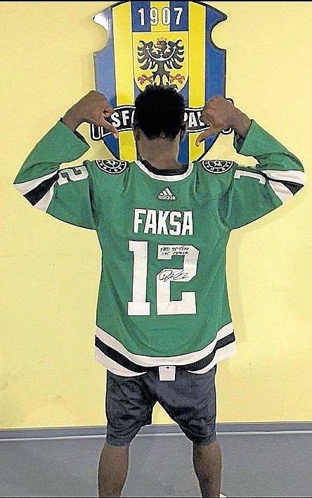 Joel Kayamba zapózoval v dresu Dallas Stars, který v NHL obléká opavský rodák Radek Faksa.
