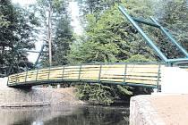 Most přes řeku Moravici poblíž žimrovického splavu je před dokončením.