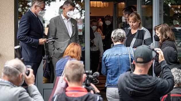 Do Vítkova na Opavsku dorazil mobilní očkovací tým, který nabízí zájemcům očkování proti covidu-19 bez předchozí registrace, 4. srpna 2021. Premiér Andrej Babiš (střed) a hejtman Moravskoslezského kraje Ivo Vondrák.