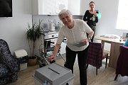 Od půl třetí se volilo také ve Vile Vančurova v Opavě. Za celkem třinácti obyvateli, kteří se rozhodli letošních voleb do poslanecké sněmovny zúčastnit, zde přijeli s urnou dva členové volební komise.