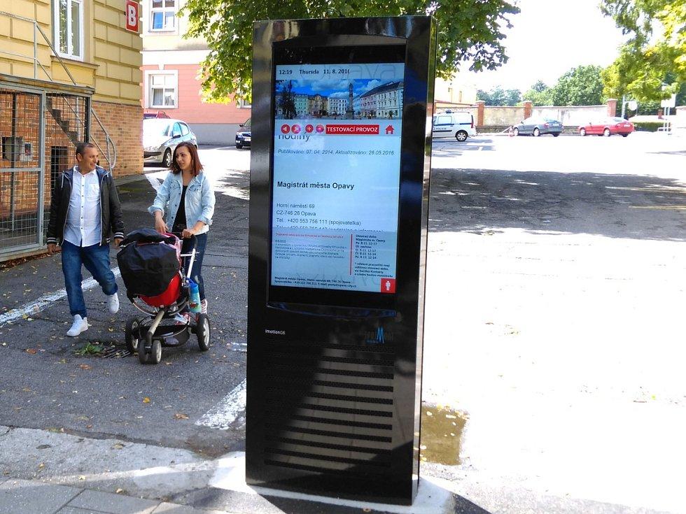 Nový informační kiosek u vstupu na magistrát na Krnovské ulici.