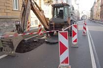 Hluboká díra o šířce asi 2x2 metry vznikla ve čtvrtek na jedné z nejfrekventovanějších dopravních tepen města Opavy, ulici Olomoucké.