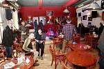 Ve stejném čase, který byl pro debatu vyhrazen, probíhala ve městě studentská protestní akce v kavárně Evžen. Zde uspořádala koncert opavská kapela Ladě.