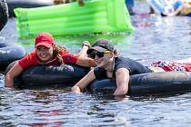 Prosluněný sobotní den přilákal desítky plavců na improvizovaných plavidlech k řece Moravici. Od dvou hodin startovali pod mostem v Brance u Opavy a cíl měli u Areálu zdraví v Kylešovicích.