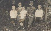 SNÍMEK rodiny, rok 1924.