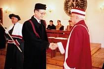 Jaroslav Smítal (vlevo) přijímá na Akademickém dni Slezské univerzity v Opavě 2. května 1995 gratulaci rektora Martina Černohorského ke jmenování prorektorem.