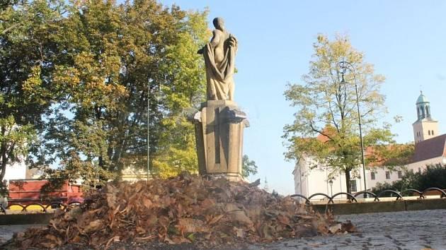 Nahrabané kupky spadaného listí jsou nyní téměř každý den k vidění například v opavských sadech Svobody. Lemují mimo jiné i kašnu se známou sochou Opavy.