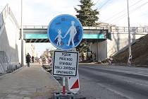 Chodci již mohou pod viaduktem na Olomoucké projít po jednom dokončeném chodníku.