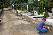 Takto probíhalo zpevňování ploch opavského hřbitova ještě před pár dny, kdy dělníkům počasí přálo.