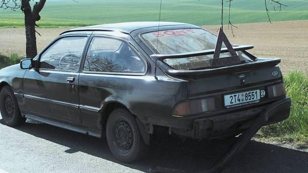 Auto (na snímku), ve kterém dvojice prchala, stálo ještě v pondělí ráno na silnici mezi Chuchelnou a Strahovicemi.