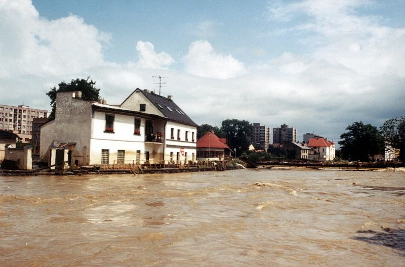 Velká voda si zle pohrála s mostem spojujícím Kateřinky s Předměstím. Po povodních se zde musela zbudovat nová lávka.