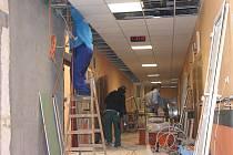 Rekonstrukcí prochází také druhé patro porodnice. V pondělí tam pracovali hlavně elektrikáři a instalatéři.