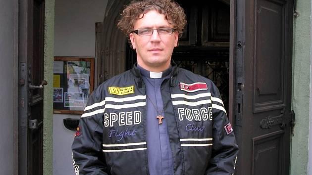 Otec Miroslav z farnosti u svatého Ducha je vášnivý motorkář. Tento rok brázdí ulice na Yamaze R1.