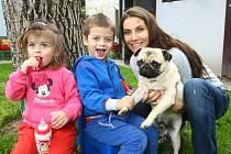 Eva Decastelo s rodinou.