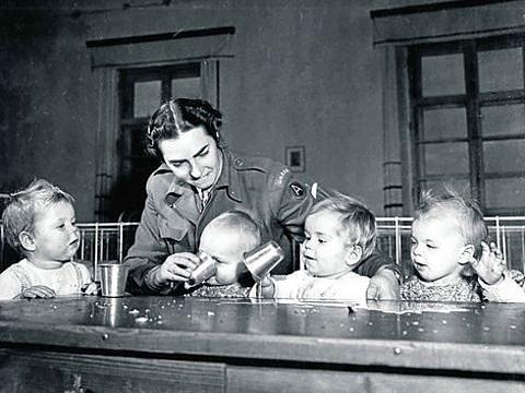 Greta Fischer pomáhala především dětem zasaženým holocaustem. Na fotografii pečuje oděti vklášteře Indersdorf.