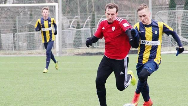 Martin Janošík (ve žlutomodrém, u míče)