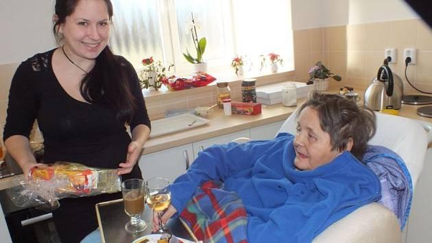 Tereza Bartůšková obdarovává seniorku Milenu.